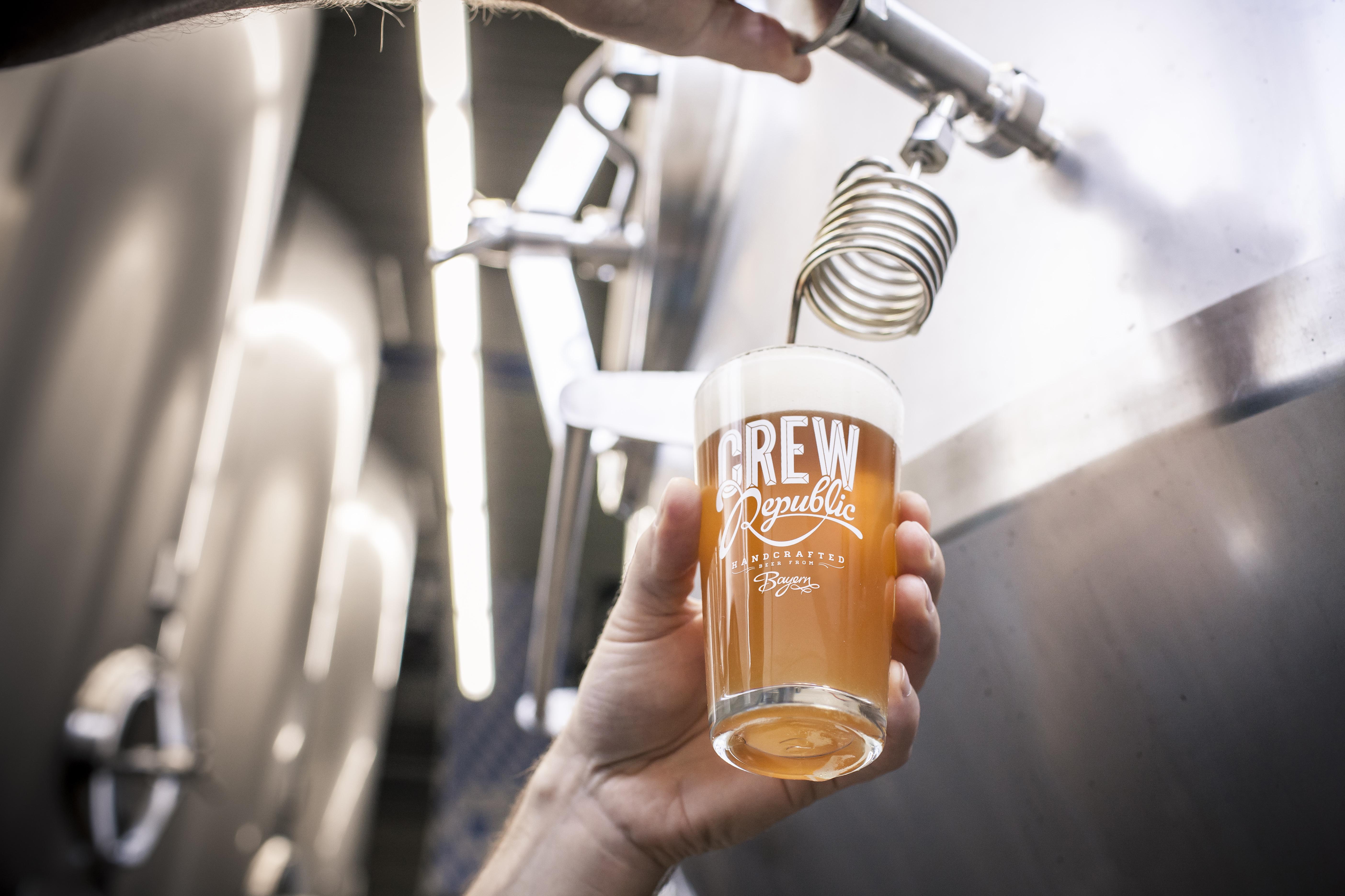 Crew Republic, Bier Brauerei,MicroBrewerie, M¸nchen Unterscheleissheim, GF Timm Schnigula (Kappe) und Mario Hanel